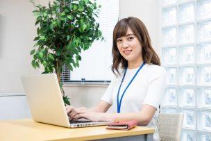 パソコンを操作する人のイメージ